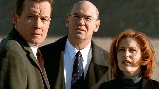 Scully (Gillian Anderson, r.), Doggett (Robert Patrick, l.) und Skinner (Mitc...