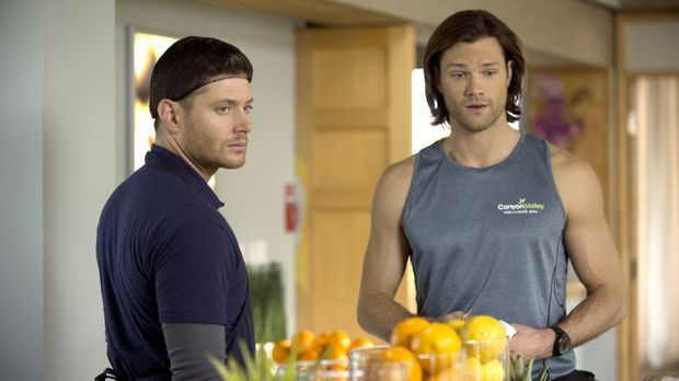 Dean (Jensen Ackles, l.) und Sam (Jared Padalecki, r.) ermitteln undercover i...
