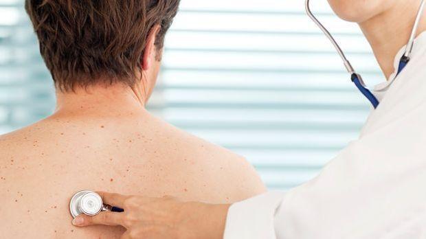 Arzt abhören Bronchitis_dpa