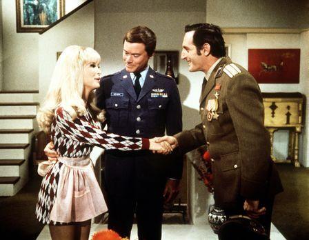 Bezaubernde Jeannie - Tony (Larry Hagman, M.) und Jeannie (Barbara Eden, l.)...