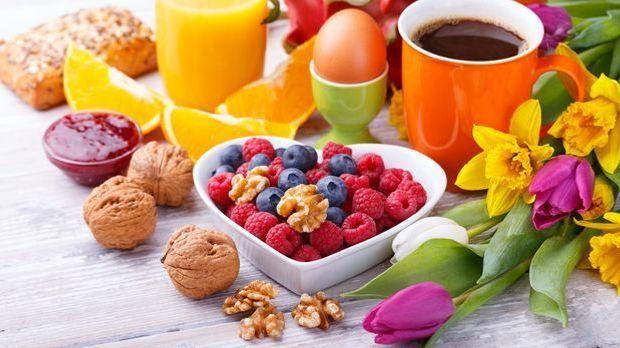 Kein Muttertagsbrunch ohne frisches Obst und duftenden Kaffee – oder was mag...