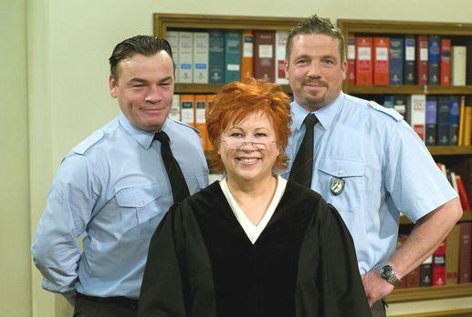 Richterin Barbara Salesch (M.), flankiert von dem Pförtner Herrn Küster (l.)...