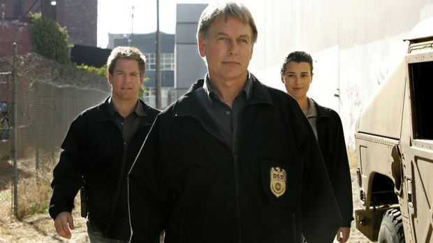 Gemeinsam arbeiten Gibbs (Mark Harmon, M.), Ziva (Cote de Pablo, r.) und Tony...