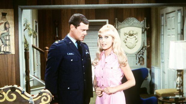 Tony (Larry Hagman, l.) und Jeannie (Barbara Eden, r.) werden heiraten. Als e...