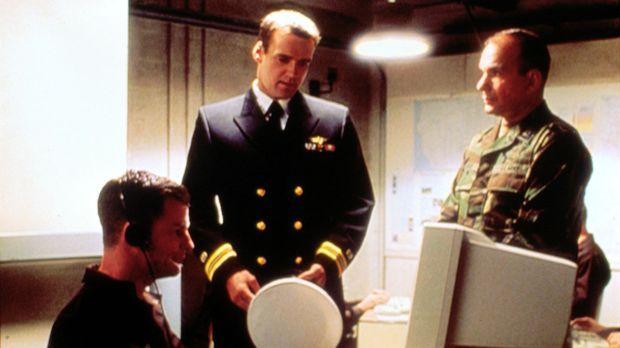 Harm (David James Elliott, M.) versucht herauszufinden, ob Clark Palmer (Pete...