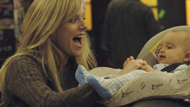Dee (Kaitlin Olson) findet ein Baby im Müllcontainer und nimmt es kurzerhand...