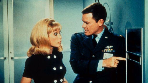 Jeannie (Barabara Eden, l.) macht aus der ganzen NASA ein Tollhaus, was Tony...