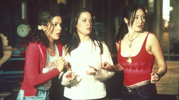 Ein Dämon hetzt Phoebe (Alyssa Milano, l.), Prue (Shannen Doherty, r.) und Pi...