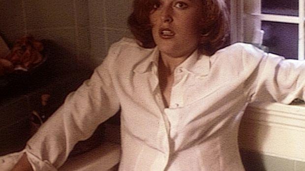 Dana Scully (Gillian Anderson) steht entsetzt einem hundertjährigen Mörder ge...