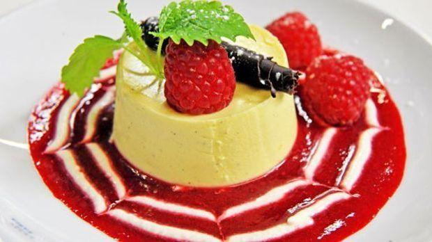 Frank Rosin verleiht der italienischen Creme mit Kokosflocken und Mango-Pfirs...