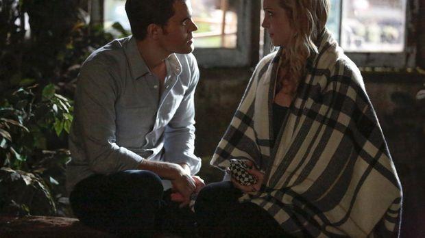 Stefan (Paul Wesley, l.) muss zu ungewöhnlichen Mitteln greifen, um Caroline...