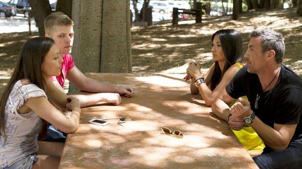 Megan (2.v.r.) und Chris (r.) überwinden sich dazu, sich mit Leigh Ann (l.) u...