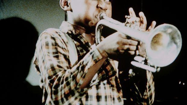 Der kleine Josh (James Bond III.) hat auf dem Dachboden eine Trompete gefunde...