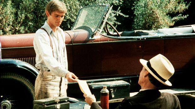 John-Boy (Richard Thomas, l.) nimmt für kurze Zeit die Stellung des Pachtkass...
