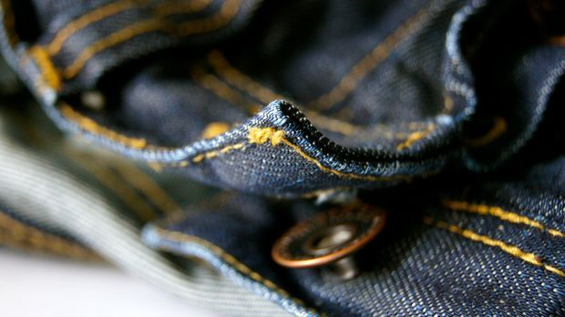 Denim-Stoff einer Jeans in Nahaufnahme
