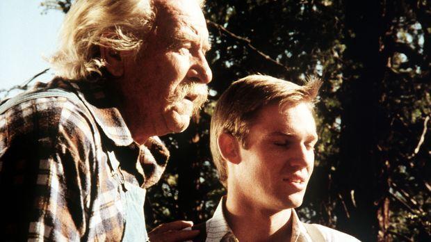 John-Boy (Richard Thomas, r.) erzählt seinem Großvater Sam (Will Geer, l.) vo...