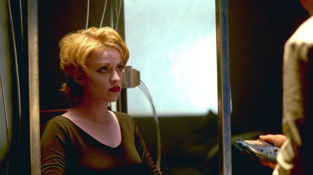 Trance (Laura Bertram) soll als Diplomatin auf den Planeten Inaris kommen. Do...