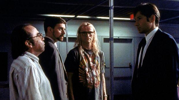 Mulder (David Duchovny, r.) lernt 1989 seine drei späteren Freunde Frohike (T...