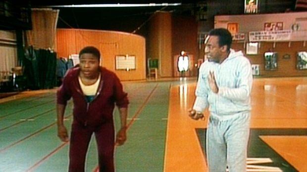 Theo (Malcolm-Jamal Warner, l.) lernt von seinem Vater Cliff (Bill Cosby, r.)...