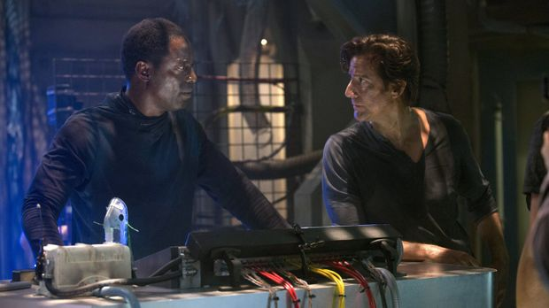 Können Kanzler Jaha (Isaiah Washington, l.) und Kane (Henry Ian Cusick, r.) n...
