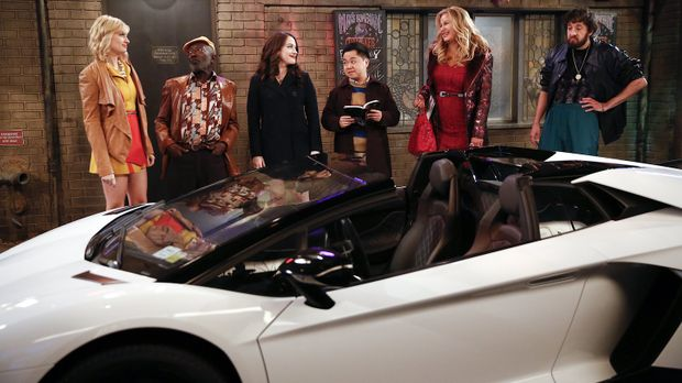 Als an Carolines (Beth Behrs, l.) Geburtstag plötzlich ein Lamborghini vor de...