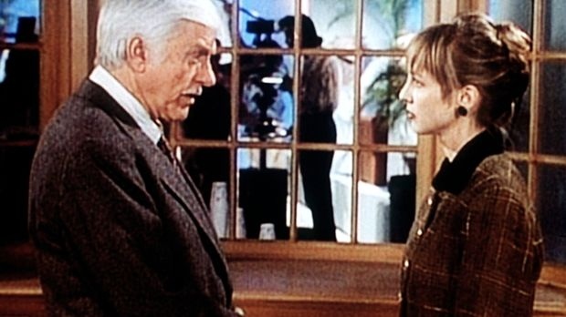 Dr. Sloan (Dick Van Dyke, l.) verdächtigt Bobbi Burton (Corinne Bohrer, r.) d...