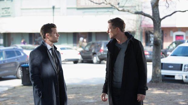 Elijah (Daniel Gillies, l.) und Finn (Casper Zafer, r.) müssen ihre Streitigk...