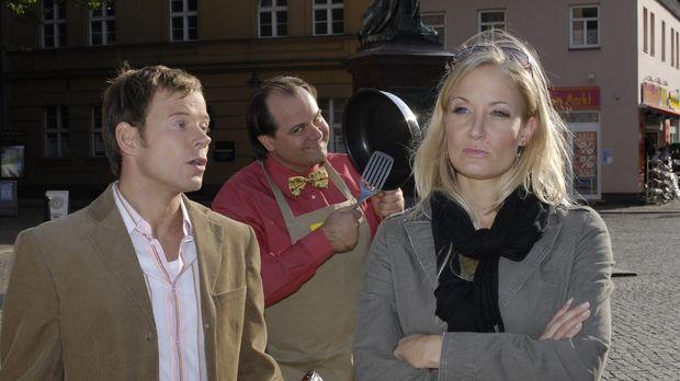 Janine (Janine Kunze, r.) ärgert sich über ihren Mann (Mathias Schlung, l.)....