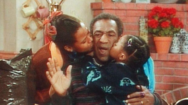 Kaum ist die Mutter aus dem Haus, wird der Vater (Bill Cosby, M.) von Rudy (K...