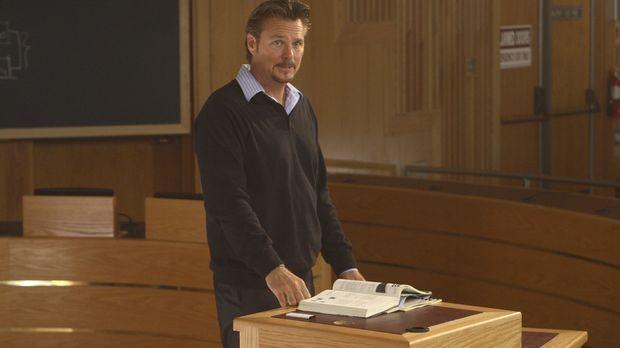 Professor Graves (Greg Evigan) ahnt nicht, dass auf dem Campus unheimliche Di...