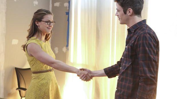 Kara alias Supergirl (Melissa Benoist, l.) begegnet Barry Allen alias the Fla...
