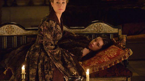 Als Mary (Adelaide Kane, hinten) Unbeschreibliches widerfährt, ist Catherine...