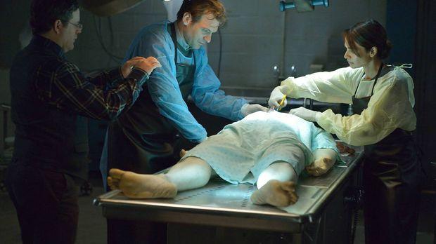 Bei der Autopsie des toten Piloten machen Jim (Sean Astin, l.), Eph (Corey St...
