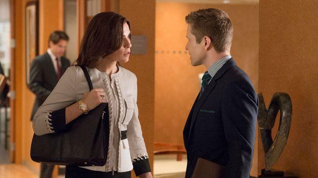 Während Alicia (Julianna Margulies, l.) zusammen mit Cary (Matt Czuchry, r.)...