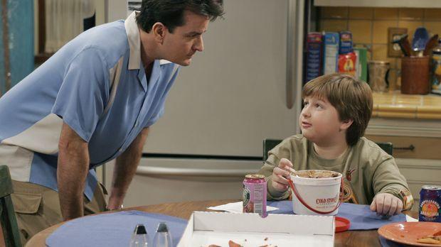Charlie (Charlie Sheen, l.) hat Großes mit Jake (Angus T. Jones, r.) vor ......