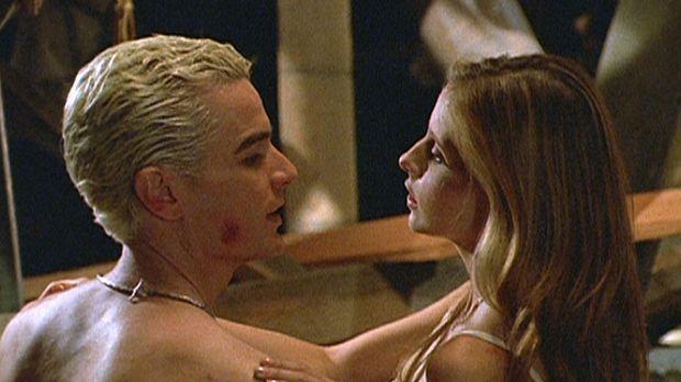 Buffy (Sarah Michelle Gellar, r.) verbringt eine leidenschaftliche Nacht mit...