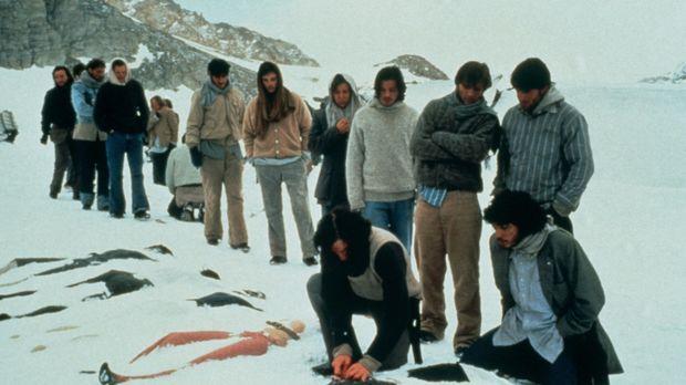 Die Überlebenden des Flugzeugabsturzes begraben die Toten - noch ist der Geda...