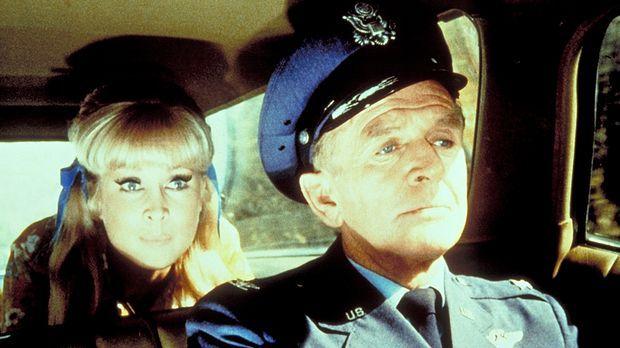 Roger (Bill Daily, r.) und Jeannie (Barbara Eden, l.) versuchen Tony, der uns...