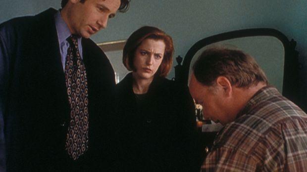 Mulder (David Duchovny, l.) und Scully (Gillian Anderson, M.) verhören den ge...