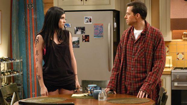 Alan (Jon Cryer, r.) kann nichts mit Charlies neuer Freundin, Isabelle (Jodi...