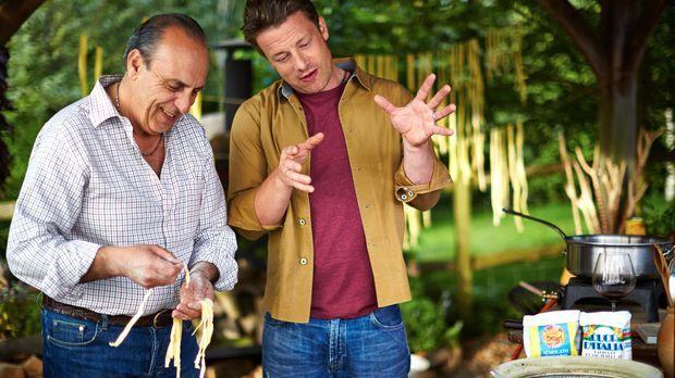 Gennaro Contaldo (l.) zeigt seinem alten Freund Jamie Oliver (r.), wie man di...