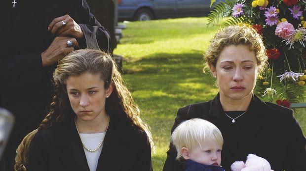 Erschüttert nehmen Tochter Rachel (Hallee Hirsh, 2.v.l.), Ehefrau Elizabeth (...