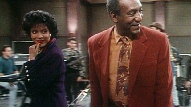Clair (Phylicia Rashad, l.) und Cliff (Bill Cosby, r.) sind dazu eingeladen w...
