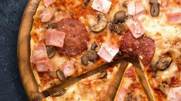 Pizzateig mit Belag nach Wahl
