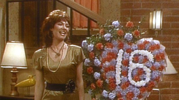 Gut gelaunt begeht Peggy (Katey Sagal) ihren sechzehnten Hochzeitstag. © Sony...