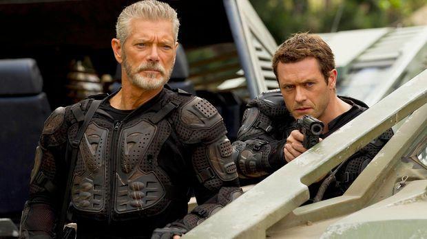 Um Terra Nova zu retten, muss Commander Taylor (Stephen Lang, l.) seinen eige...