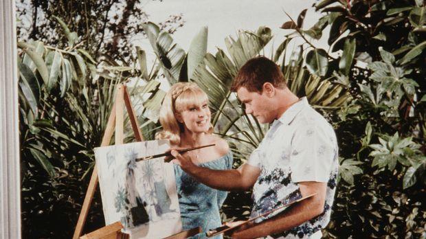 Jeannie (Barbara Eden, l.) und Tony (Larry Hagman, r.) machen Urlaub auf Hawa...