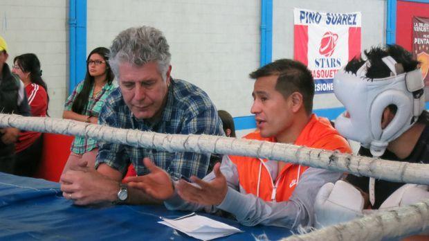 In Mexiko taucht Anthony Bourdain (l.) in die Welt des Boxens ein, in der vie...