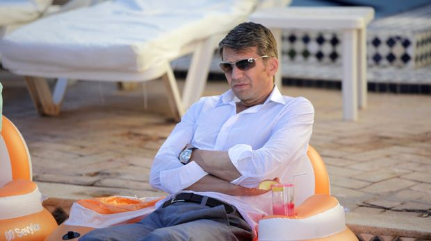 Der stocksteife Anwalt Dr. Hans-Joachim Karpenheuer (Kai Wiesinger) nimmt an...