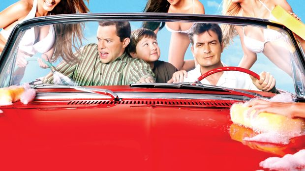 (5. Staffel) - At the Carwash: Charlie (Charlie Sheen, vorne r.), Alan (Jon C...